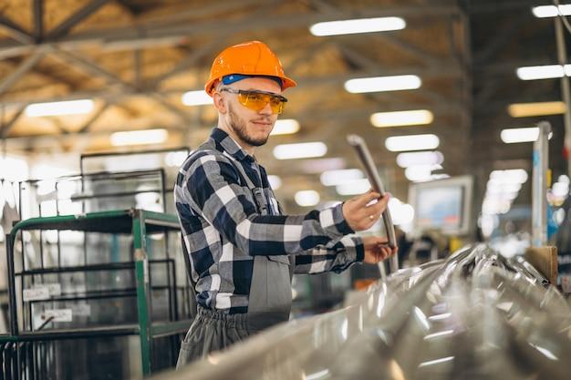 Männliche arbeiter in einer fabrik Kostenlose Fotos