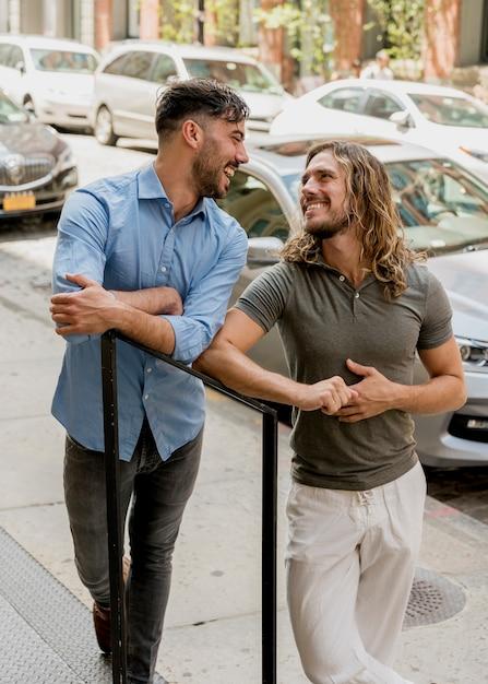 Männliche freunde, die auf der treppe im freien aufwerfen Kostenlose Fotos