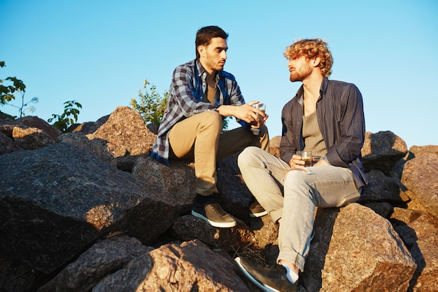 Männliche freunde, die miteinander plaudern Kostenlose Fotos