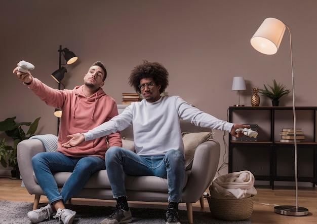 Männliche freunde zu hause, die spiele spielen Kostenlose Fotos