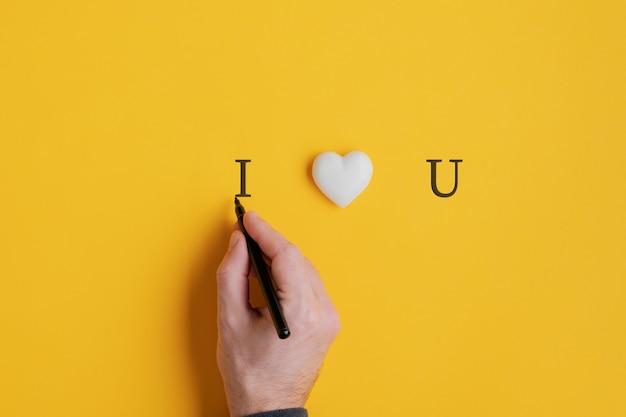 Männliche hand, die ein ich liebe dich zeichen schreibt Premium Fotos