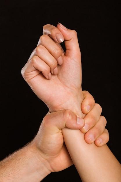 Männliche hand, die weibliches handgelenk ergreift Premium Fotos