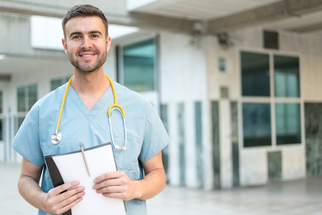 Männliche krankenschwester mit stethoskop Premium Fotos