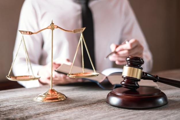 Männliche rechtsanwälte, die an der anwaltskanzlei im büro habend arbeiten. konzepte von rechtsberatung und gerechtigkeit Premium Fotos