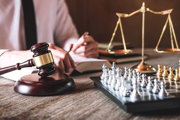 Männliche rechtsanwälte, die in einer kanzlei im amt arbeiten. konzepte der rechtsberatung Premium Fotos