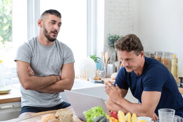Männliche schwule paare, die ein argument haben Premium Fotos