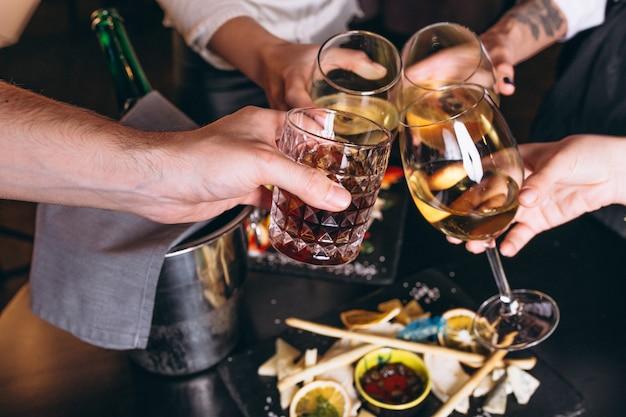 Männliche und weibliche hände hautnah mit cocktails Kostenlose Fotos