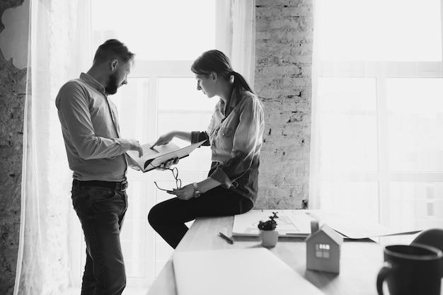 Männliche und weibliche mitarbeiter, die im büro zusammenarbeiten Kostenlose Fotos