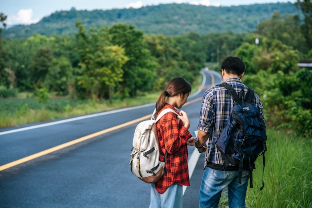 Männliche und weibliche touristen betrachten die karte auf der straße. Kostenlose Fotos