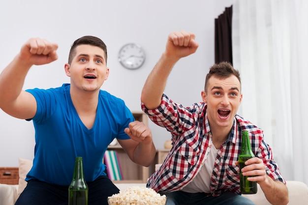 Männlicher abend mit fußballspiel und bier Kostenlose Fotos
