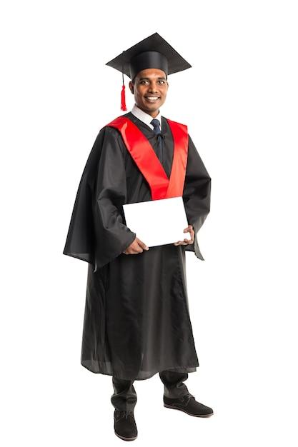 Männlicher afroamerikanerabsolvent im kleid und in der kappe Premium Fotos