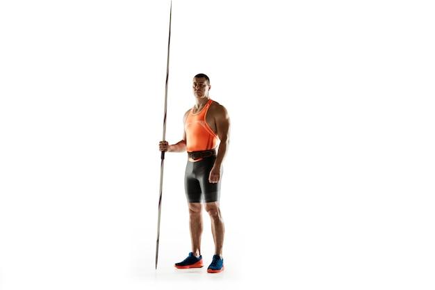 Männlicher athlet, der im wurfspeer auf weiß übt. Kostenlose Fotos