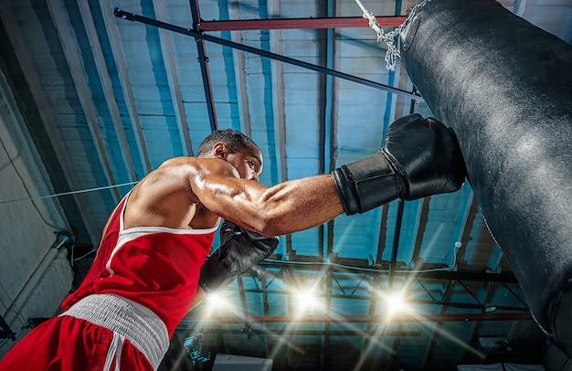 Männlicher boxer, der übt Kostenlose Fotos