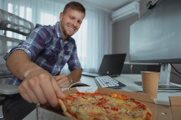 Männlicher computerprogrammierer, der vom haus arbeitet Premium Fotos