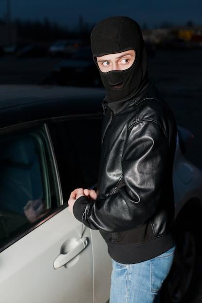 Männlicher dieb öffnet die autotür mit einem schraubenzieher Premium Fotos