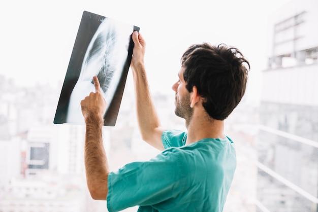 Männlicher doktor, der röntgenstrahl überprüft Kostenlose Fotos