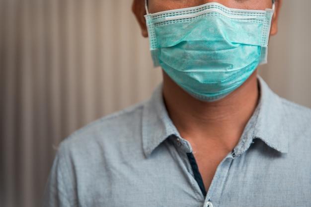Männlicher geschäftsmann, der die schutzmaske wegen krankheit und husten schließt Premium Fotos