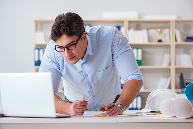 Männlicher ingenieur, der an zeichnungen und plänen arbeitet Premium Fotos