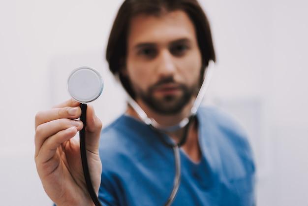 Männlicher kardiologe doctor holding stethoscope Premium Fotos