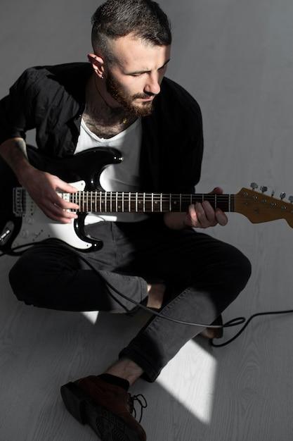 Männlicher künstler, der e-gitarre spielt Kostenlose Fotos