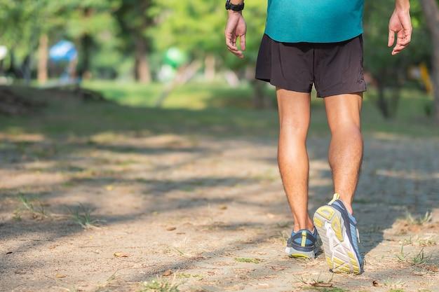 Männlicher läufer, der draußen auf der straße rüttelt Premium Fotos