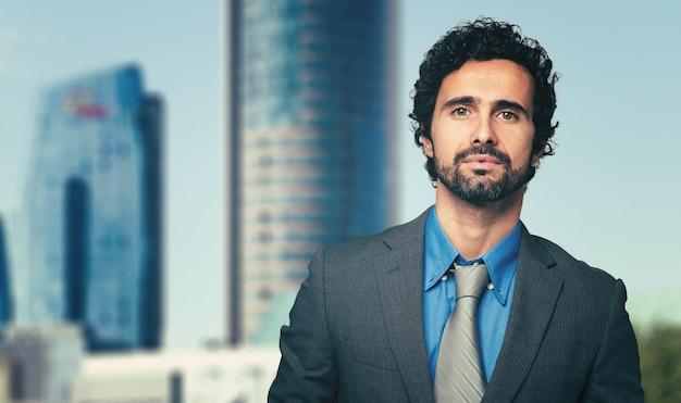 Männlicher manager, der im freien geht Premium Fotos
