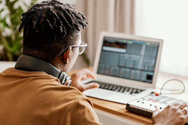 Männlicher musiker zu hause mit laptop Kostenlose Fotos