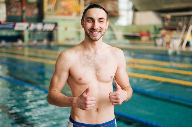 Männlicher schwimmer des hohen winkels, der okayzeichen zeigt Kostenlose Fotos