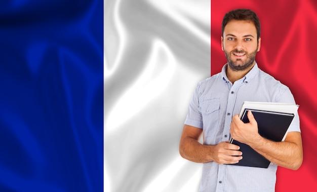Männlicher student über französischer flagge Premium Fotos