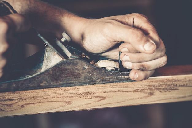 Männlicher tischler bei der arbeit Premium Fotos