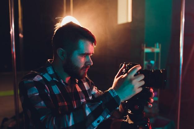 Männlicher videograph mit gimball video slr, porträt. Premium Fotos
