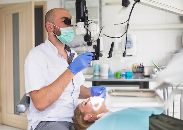 männlicher zahnarzt der wurzelkanal des weiblichen