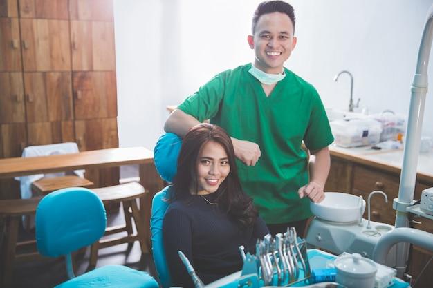 Männlicher zahnarzt in der klinik mit weiblichem patienten Premium Fotos