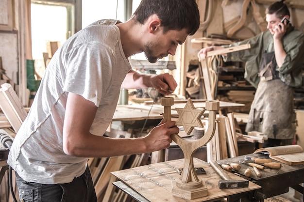 Männlicher zimmermann, der mit einem holzprodukt arbeitet, handwerkzeuge Kostenlose Fotos
