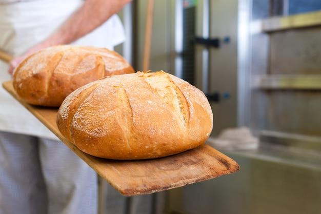 Männliches bäckerbackenbrot Premium Fotos