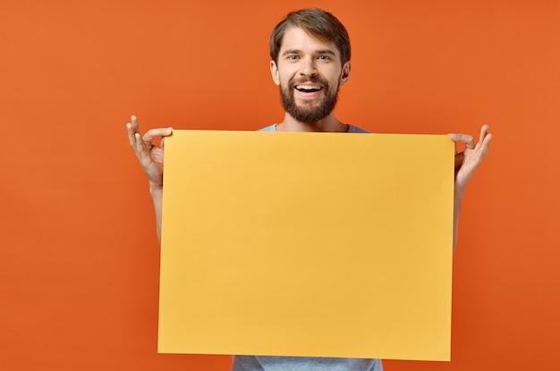 Männliches marketingplakat-werbemodell orange papierblattmodell. Premium Fotos