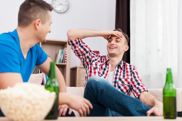 Männliches treffen mit bier und popcorn Kostenlose Fotos