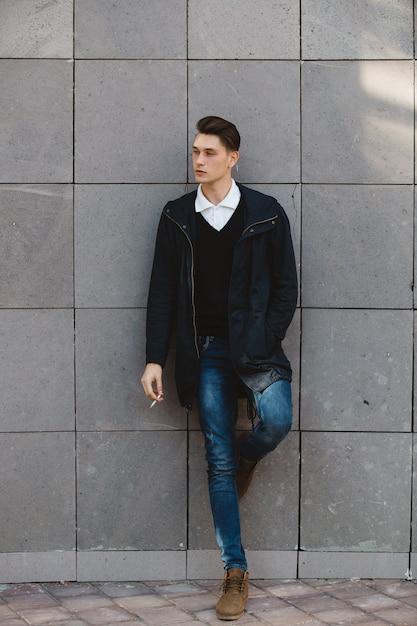 Männliches vorbildliches rauchen des modehippies Kostenlose Fotos