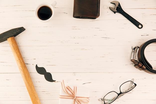 Männliches zubehör in der nähe von geschenk und cup Kostenlose Fotos