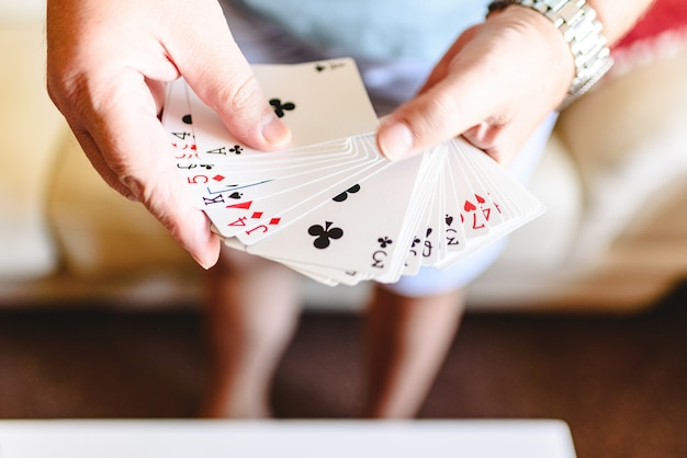 Magierhände, die zaubertrick mit spielkarten tun. Premium Fotos