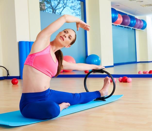 Magische ringübung der pilates frauenseitenausdehnung Premium Fotos