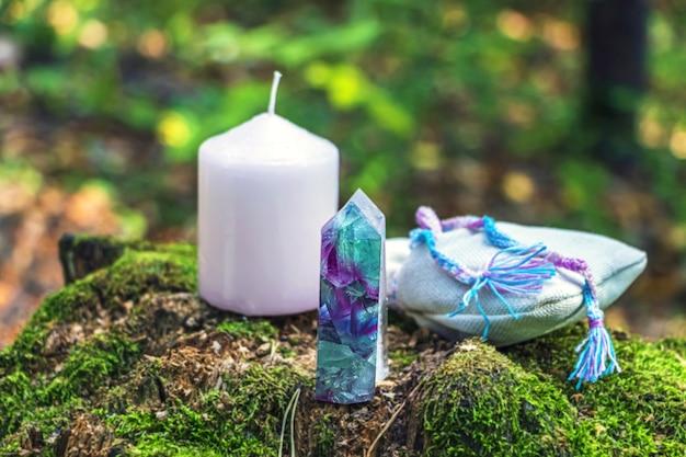 Magisches stillleben mit fluorit, quarz, kerze und beutel mit trank Premium Fotos