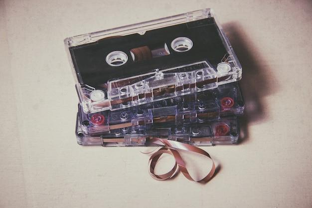 Magnetische audiokassette der weinlese auf dem bretterboden Premium Fotos
