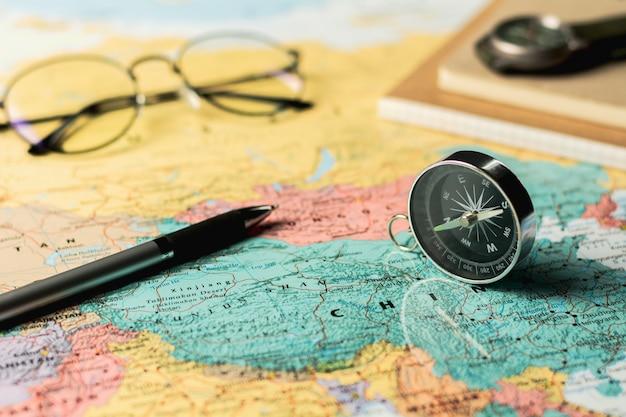 Magnetkompass und stationär auf karte. Premium Fotos