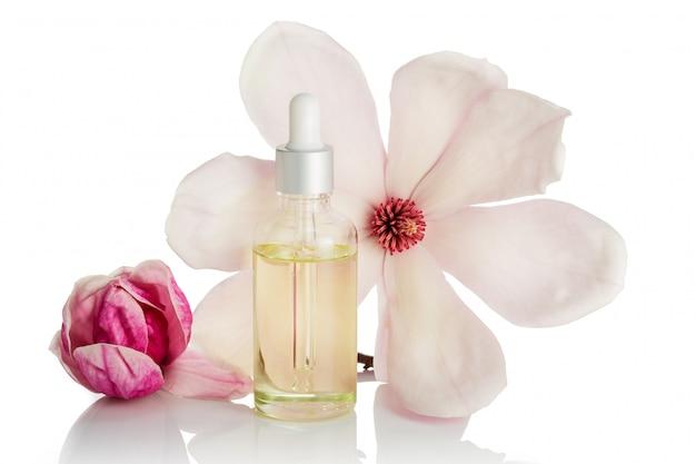Magnolienblumenöl isoliert. hautpflege, spa, wellness, massage, aromatherapie und naturheilkunde Premium Fotos