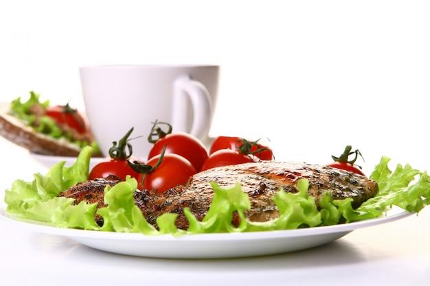 Mahlzeit mit filet und gemüse und kaffee garnieren Kostenlose Fotos