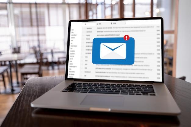 Mail communication connection-nachricht zum versenden von kontakttelefonen global letters concept Premium Fotos