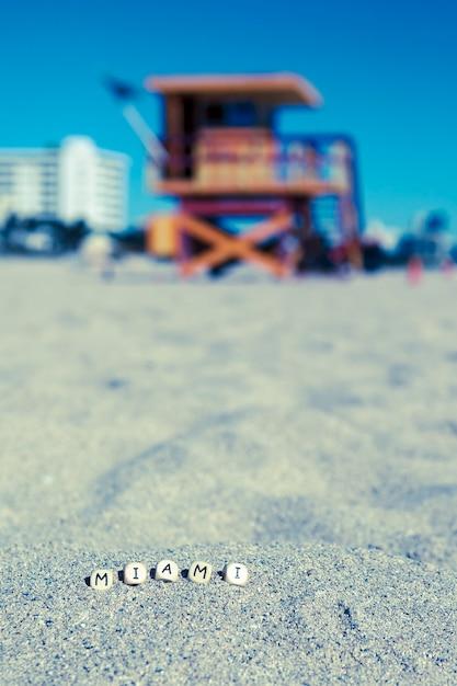 Maimi southbeach, rettungsschwimmerhaus mit buchstaben auf dem sand, florida, usa Premium Fotos