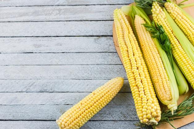 Mais auf holztisch mit kopienraum Kostenlose Fotos
