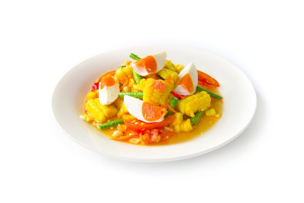 Mais würziger salat mit salzeiern (tum thai kao phod kai kem) Premium Fotos